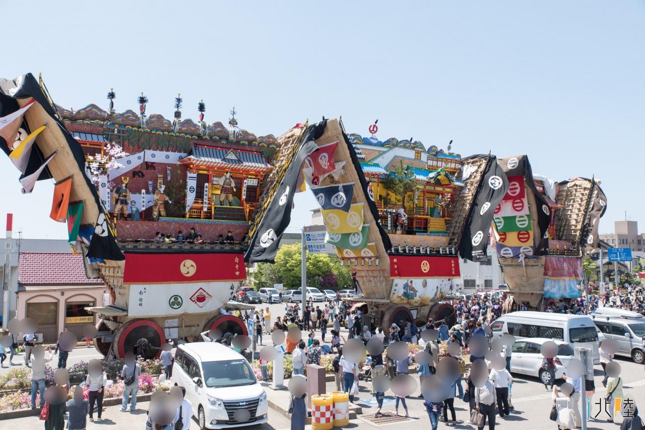 巨大なでか山の引き回し 七尾市「青柏祭」